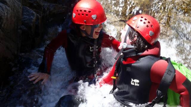 Enfant et adulte dans un canyon ©Terre Liquide