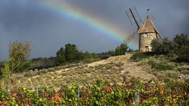 Félines-Minervois windmill and rainbow ©G.Souche