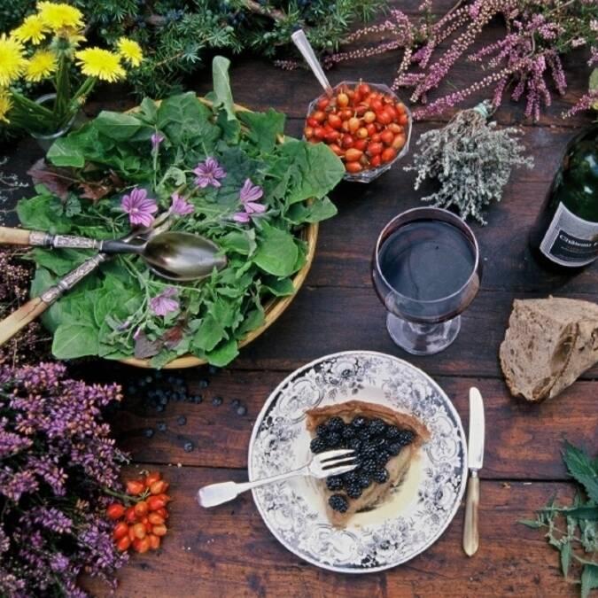 une table avec des plantes aromatiques